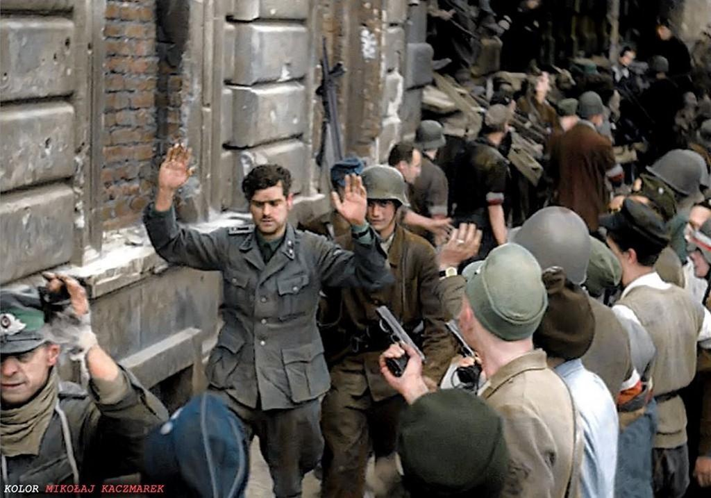 1944_augusztus_20_110_nemet_katonat_ejtettek_fogsagba_a_felkelok_a_telefontorony_epuletenek_elfoglalasakor.jpg