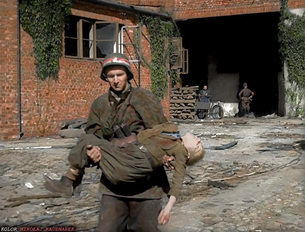 1944_augusztus_2_a_nemet_tuz_alol_kihuzott_11_eves_wojtek_zalewski_varsoi_felkelo_testet_hozza_bajtarsa.jpg
