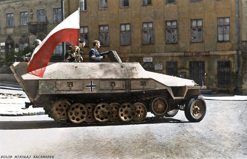 1944_augusztus_felkelok_altal_zsakmanyolt_nemet_fellanctalpas_pancelozott_jatmu_sd_kfz_251.jpg