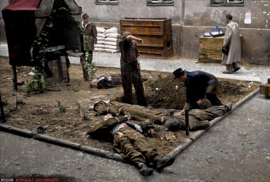 1944_augusztus_megolt_varsoi_felkelok_temetese_az_egyik_berhaz_udvaran_foto_jozef_jerzy_karpi_ski.jpg