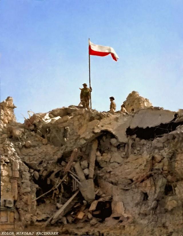 1944_majus_14_lengyel_zaszlo_a_szovetseges_csapatok_altal_elfoglalt_monte_cassino_romjain.jpg