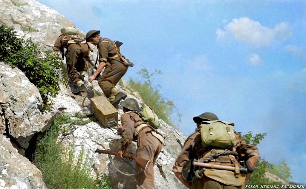 1944_majus_lengyel_katonak_loszert_szallitanak_a_monte_cassino-i_pozicioikba.jpg