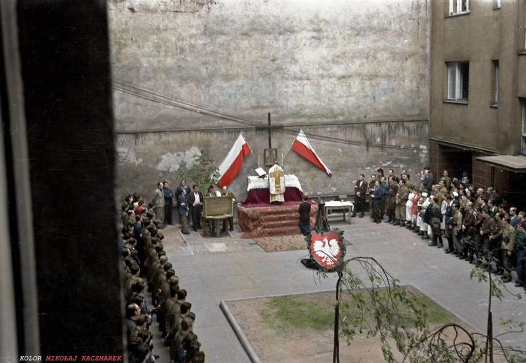1944_szentmise_a_varsoi_felkeles_alatt_egy_haz_udvaran.jpg