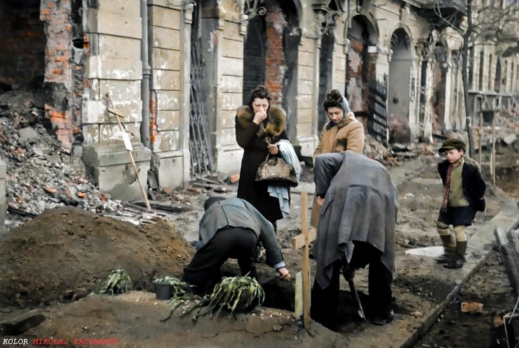 1945_a_haboru_utan_azonnal_megkezdtek_a_varos_kozterein_udvaraiban_eltemetett_holttestek_exhumalasat_es_temetokben_valo_nyugalomra_helyezeset_mintegy_200_ezer_testet_temettek_ujra.jpg