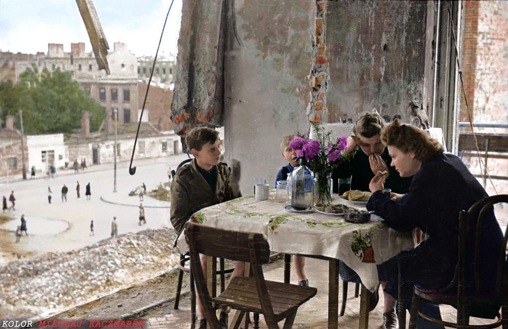 1945_egy_csalad_megmaradt_tagjai_ebedelnek_lakasuk_romjai_kozott_foto_karol_szczecinski.jpg