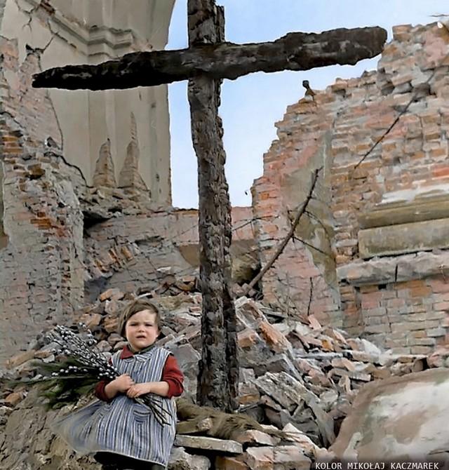 1945_husvet_egy_kislany_a_szent_kazimierz_templom_romjainal_aminek_1944_szeptemberi_bombazasakor_mintegy_1000_ember_lelte_halalt_benne_leven_korhaznak_hasznaltak_a_haboruban.jpg