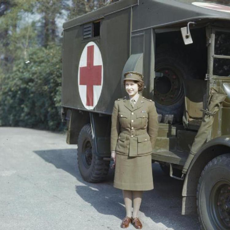 TEGNAPELŐTTI HÍRADÓ: II. Erzsébet, az autószerelő