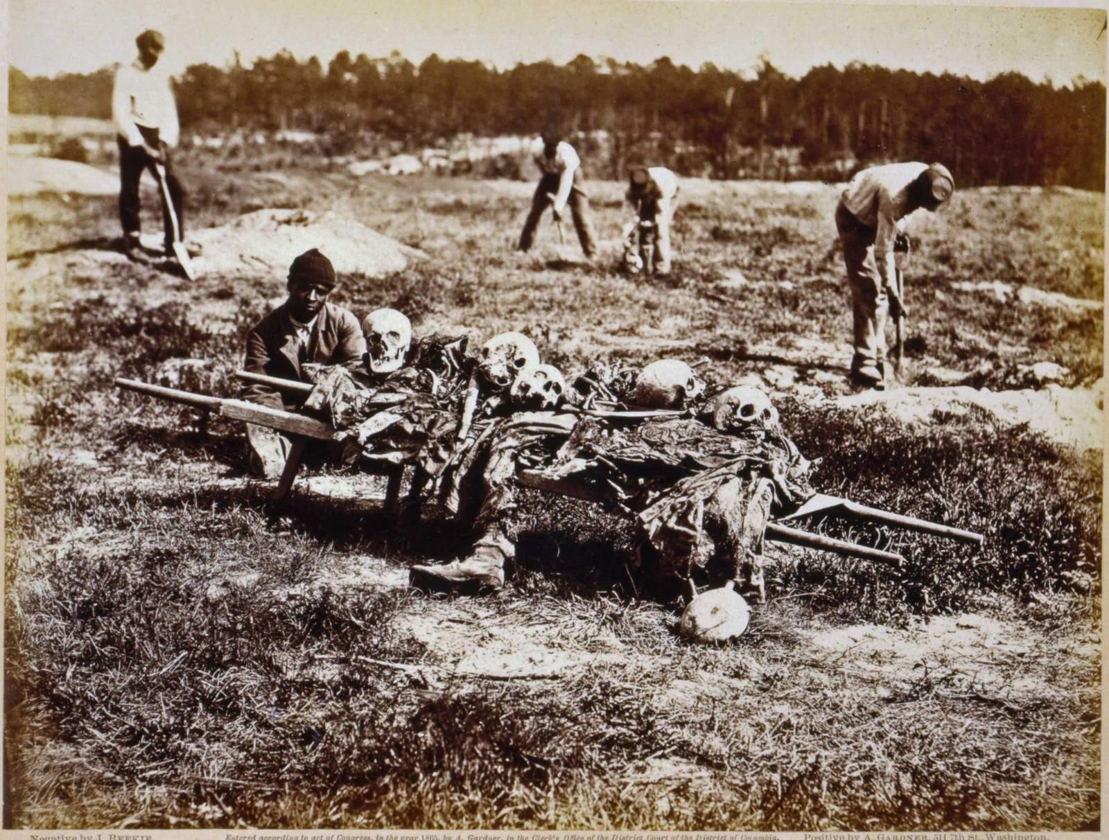 1865. A Cold Harbor-i csata után néger munkások gyűjti össze a halott konföderációs (rabszolgapárti) katonák maradványait. Irónikus..jpg