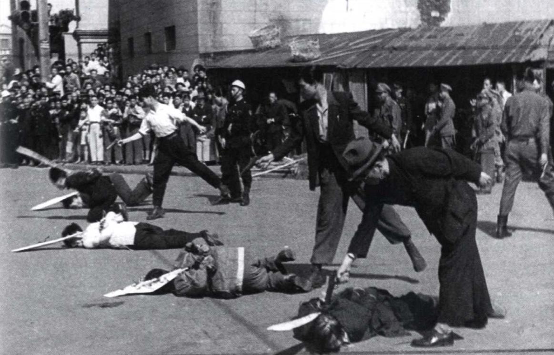 1949. Sanghai. Kuomintang egységek kommunistákat végeznek ki..jpg
