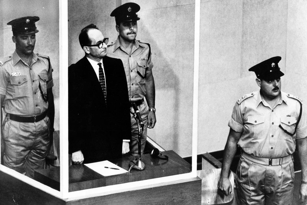 21_adolf_eichmann_a_jeruzsalemi_birosag_elott_a_haborus_buntettekert_keresett_eichmannt_az_izraeli_titkosszolgalat_rabolta_el_argentinabol.jpg