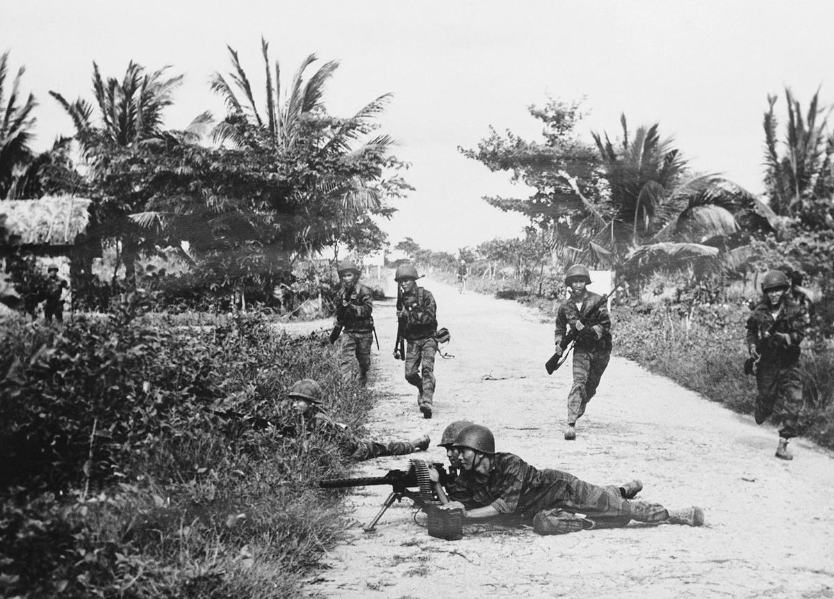 31_del-vietnami_katonak_amerikai_fegyverekkel_harcolnak_az_eszaki_kommunista_vietkongok_ellen.jpg