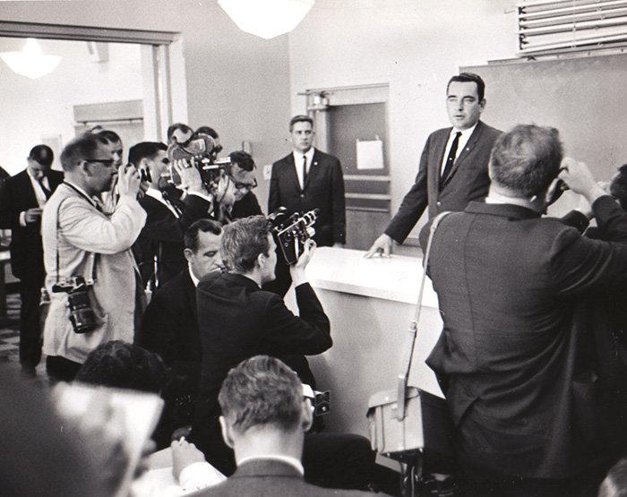 1963. Malcolm Killduff sajtófőnök hivatalosan bejelenti Kennedy elnök halálát..jpg