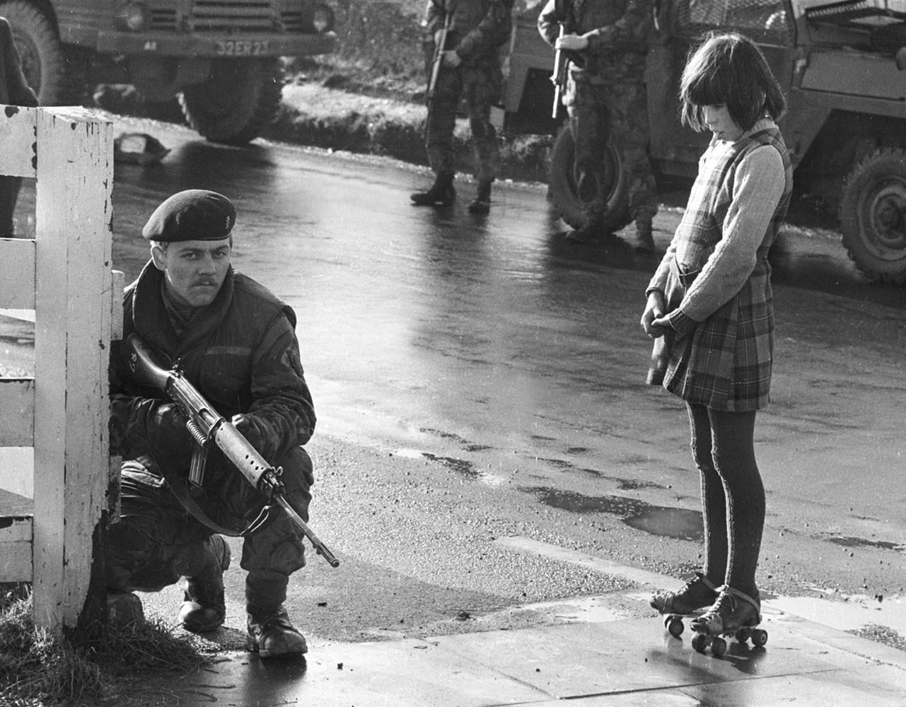 1969. Kíváncsi lány bámulja a járőröző angol katonát az Észak-ír zavargások idején..jpg