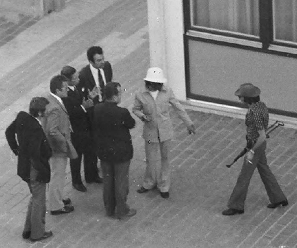 Az egyik túszejtő Genscher akkori belügyminiszterrel tárgyal