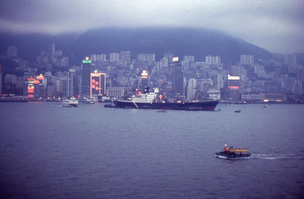 Hajnali érkezés a városállamba. A köd is felszállt így pompás panorámával várta őket Hong-Kong. Az utazóknak két napjuk volt szétnézni.