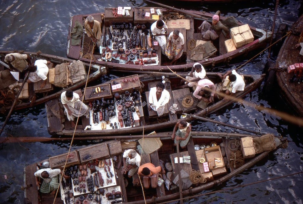 Árusok kis dzsunkái. A kikötőbe érkező nagy hajók utasainak kínálják portékáikat, amiket kötéllel lehet felhúzni a fedélzetre.