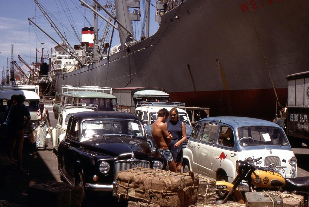 A Colombói kikötő, Sri Lanka. Hét járművet rakodtak ki az Oriana belsejéből, ezek egyike a kis Fiat volt