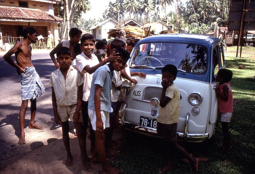 Sri Lanka délnyugati partjai mentén. Bárhol megálltak kíváncsiak seregét vonzották
