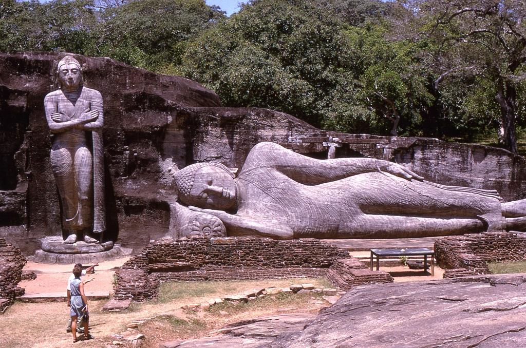 Polonnaruwa romváros az egykori Sri Lanka fővárosa volt a 11-13. század között és a tamil hódítók folyamatos betörése miatt néptelenedett el a hatalmas kb. 3 milliós város. Rengeteg szobor és töredék maradt fent ebből az időből a helyén.