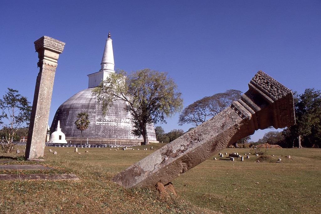 Anuradhapura még régebben, a 4-11. század között volt a szingalézek fővárosa a szépen restaurált hatalmas sztúpával. Szintén a tamil betörések miatt hagyták el és alakították ki helyette a későbbi Polonnaruwa-t. Sajnos a sziget azóta is szenved a tamilok és a szingalézek közti időről-időre fellángoló harcoktól. Legutóbb a Tamil Tigrisek szervezete 1983-ban robbantott ki polgárháborút ami egészen 2009-ig tartott.