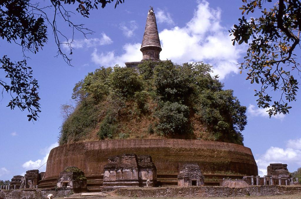 Egy még nem restaurált sztúpa Anuradhapura romvárosban