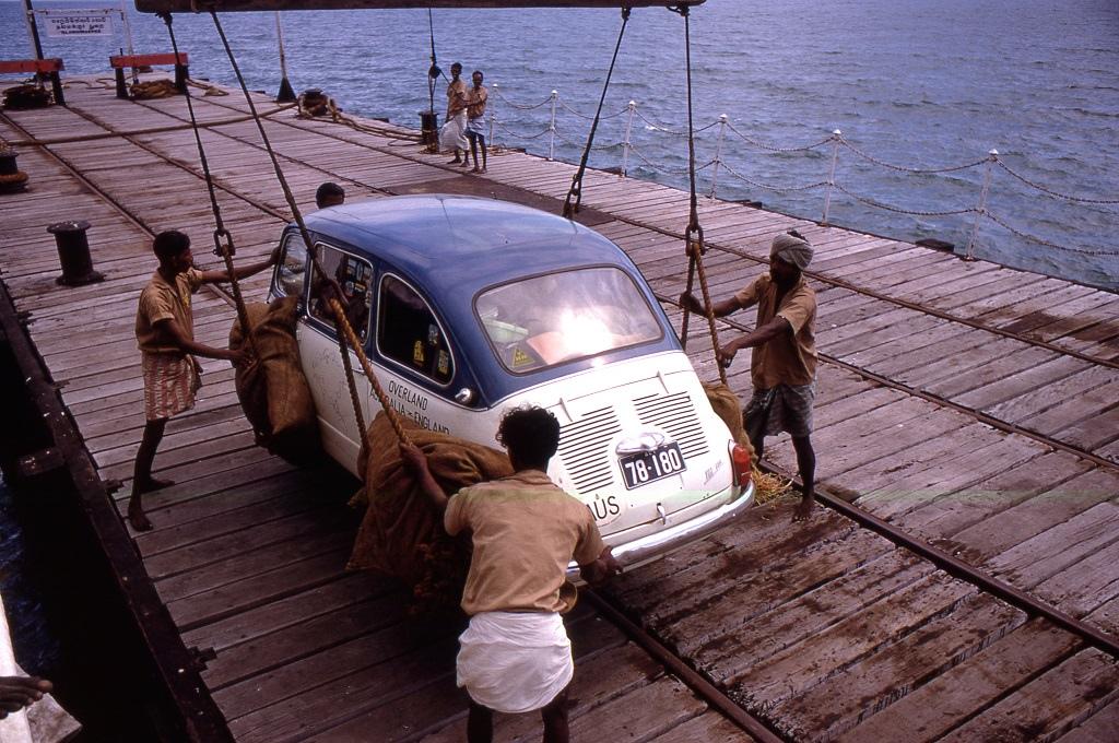 Talaimannar. A Fiat kompra száll hogy az egykori Ádám-hídja mentén Indiába hajózzon a keskeny szoroson át.