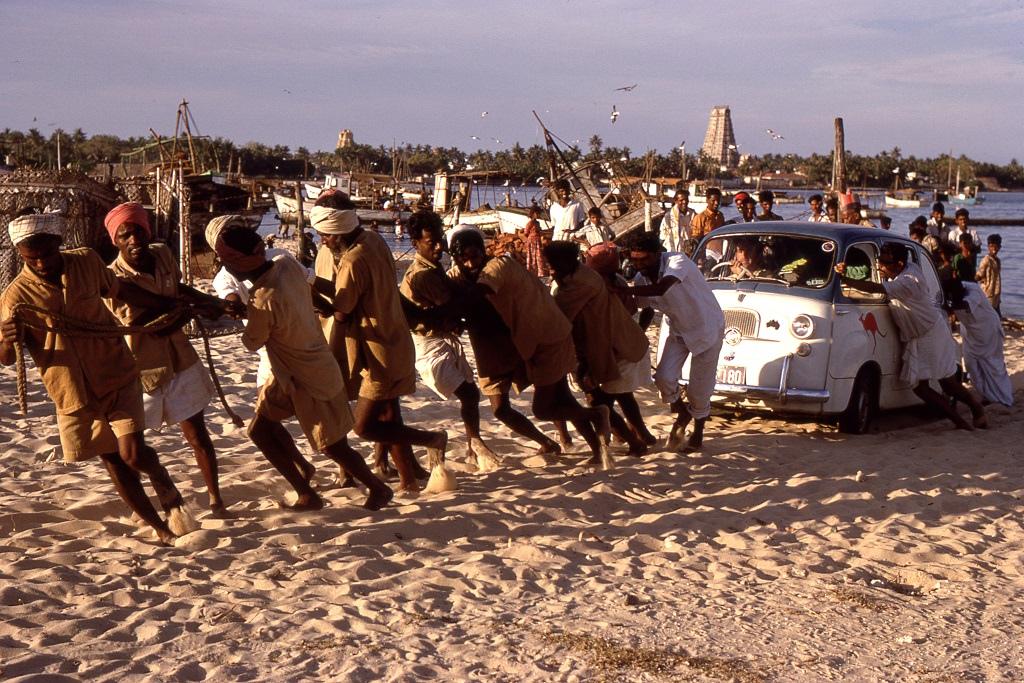 A kocsit a homokon át emberi erővel kellett szilárd talajra juttatni. Rameswaram fontos hindu vallási központ, erről a háttérben látható templomok tanúskodnak.