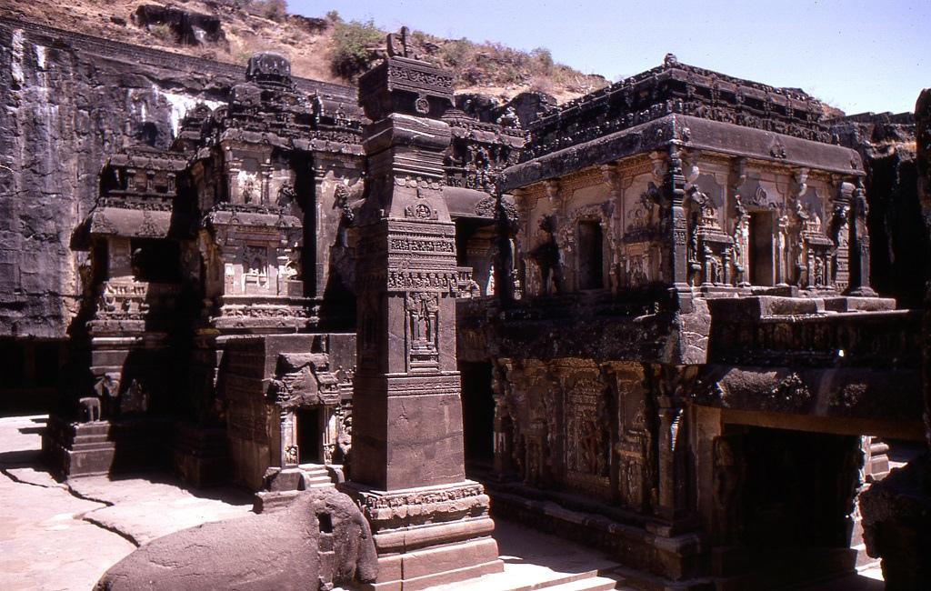 Ellórai barlangtemplomok. Ezek a mesterséges barlangok építészeti hasonlóságot mutatnak a Dekkán-fennsík más barlangjaival. Harmicnégy temploma és monostora a buddhizmushoz, a hinduizmushoz és a dzsainizmushoz kötődik. A 6. és 9. század között épültek és láthatóan jól megfértek egymás mellett a három vallás képviselői és gyakorlói, valószínűleg egymást segítve építették egymás mellé imatermeiket, meditációs kamráikat, stb.