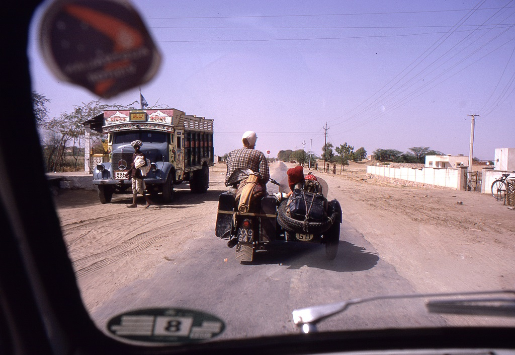 Mándú közelében. Egy brit pár motoron szintén Ázsiából hazafelé. Málvá közép-indiai királyságának egykori pompás fővárosa elszigetelt romként áll a Vindhja-hegység egyik ormán Mándú szomszédságában