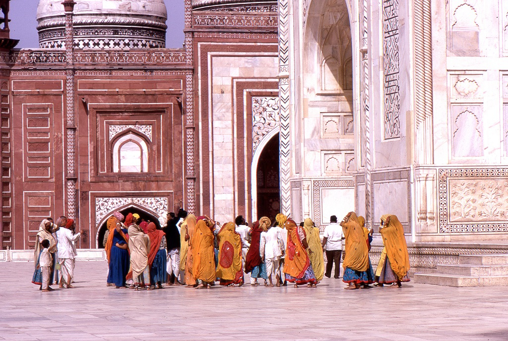 Tádzs Mahal Agrában. A turisták döntő többsége akkor még helyi volt. Kevesen tudják, de az épületegyüttes építője Sáh Dzsahán olasz mestereket hozatott a homlokzatok aprólékos kivitelezéséhez.