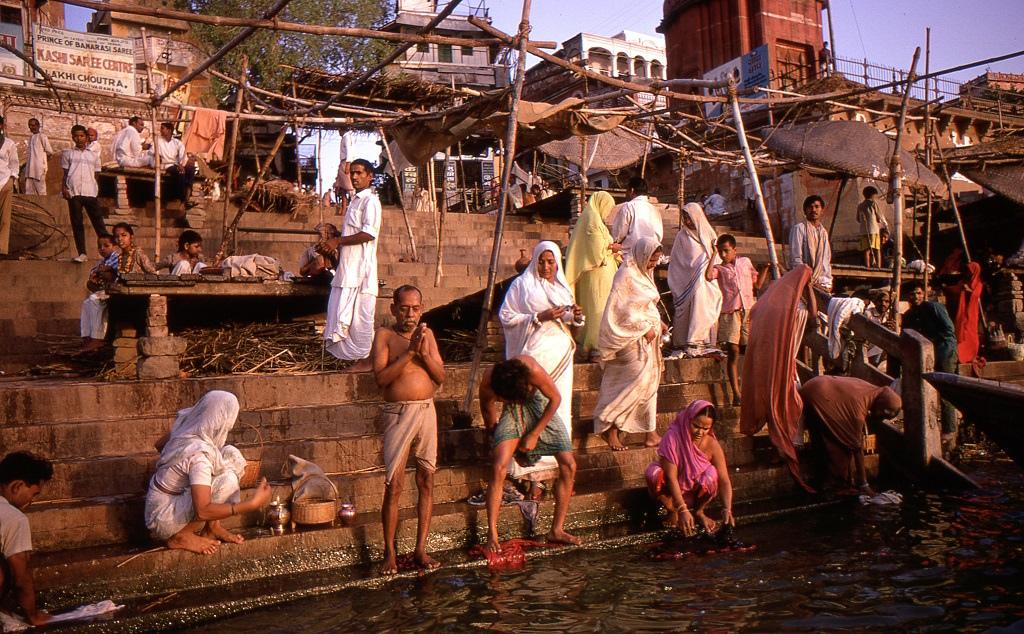 Váránaszi (Benáresz). A vallásos lakosság reggelente a Gangeszben tisztálkodik, mintegy egy millió ember.