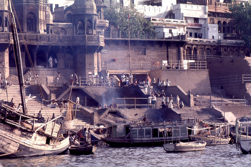 A folyóhoz vezető lépcsők mentén, a tehetősebbek tutajokon hamvasztják halottaikat