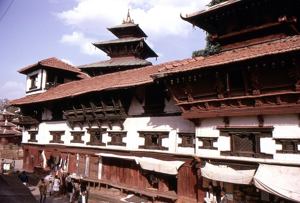 Tradicionális fa épület Katmandu központjában. Akkoriban még a kormányzat engedélyével hasist is lehetett vásárolni legálisan, sőt hasist használó éttermek is működtek Nepálban, elsősorban kínai tulajdonosokkal, az utcákon mozgó árusok hasis-sütit árultak.