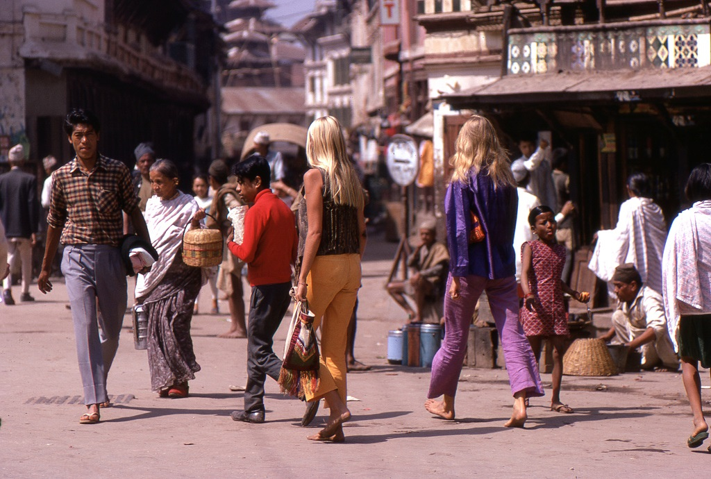 Hippi lányok Katmanduban. Akkoriban a hippiket vonzotta a buddhizmus (és a hasis is).