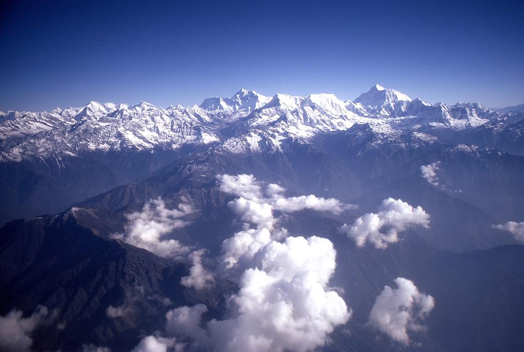 Három heti járóföldre a Mount Everesttől inkább a repülőt választották az utazók. Egy Fokker F27 Friendship géppel ezen a tiszta napon leírhatatlan látványként terültek el alattuk a Föld legmagasabb hegycsúcsai. Szerencsére most mi is megcsodálhatjuk a róluk készült fotót. Az Everest fent kissé jobbra látható, legmagasabb csúcs. A repülés 16 dollárba került, ami mai áron kb. 110 dollárnak felel meg.