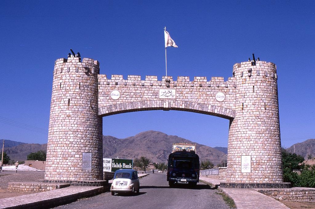 A Pakisztán és Afganisztán határvidékén fekvő Khyber-hágó (magyarul Haibár-hágó) kiindulópontja Jamrudban. A hegyi útra útdíjat kellett fizetni és éjszakára lezárták az utat, mert a kormány nem tudta garantálni az utazók biztonságát a helyi vad törzsek támadásai miatt.
