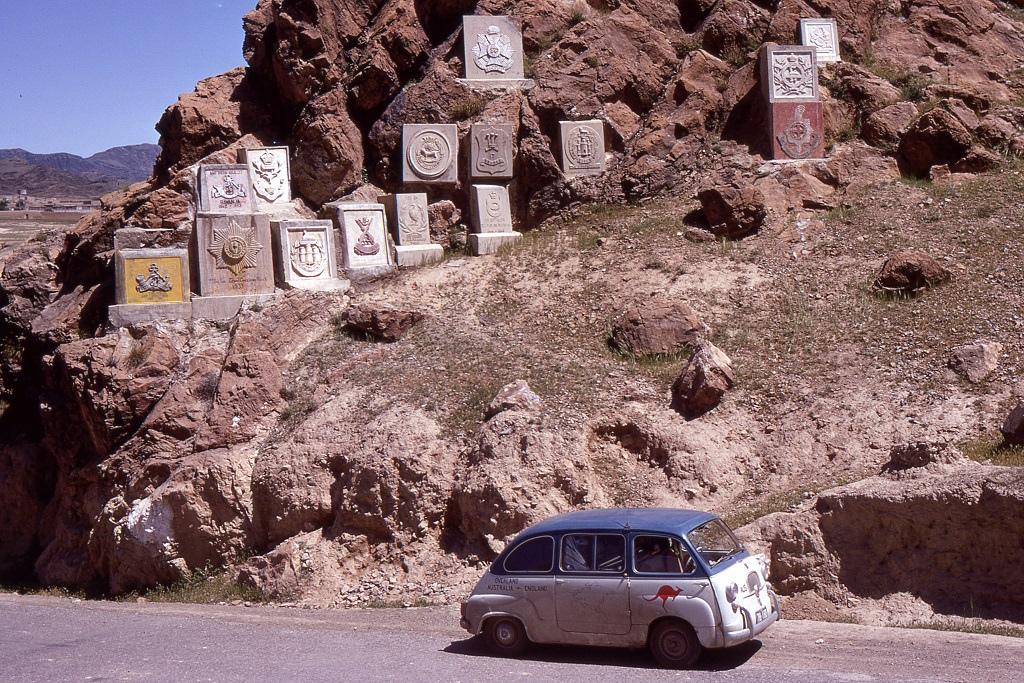 Egykor itt szolgált brit egységek plakettjei a Khyber-hágó egykori határán