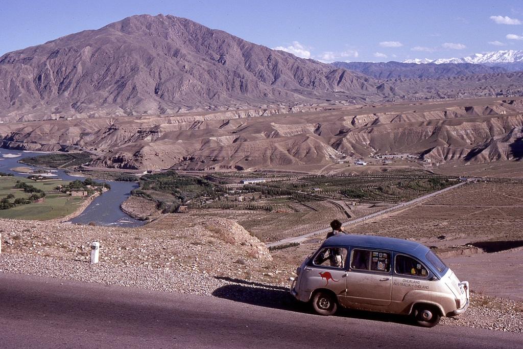 A Kabul-folyó Afganisztánban. A termékeny folyóvölgyek mögött a távolban hó födte hegycsúcsok magasodnak.
