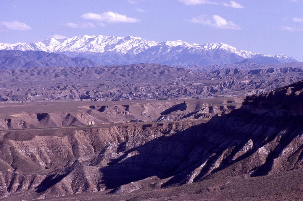 Hegyi sivatag a háttérben a Hindukus-hegységgel