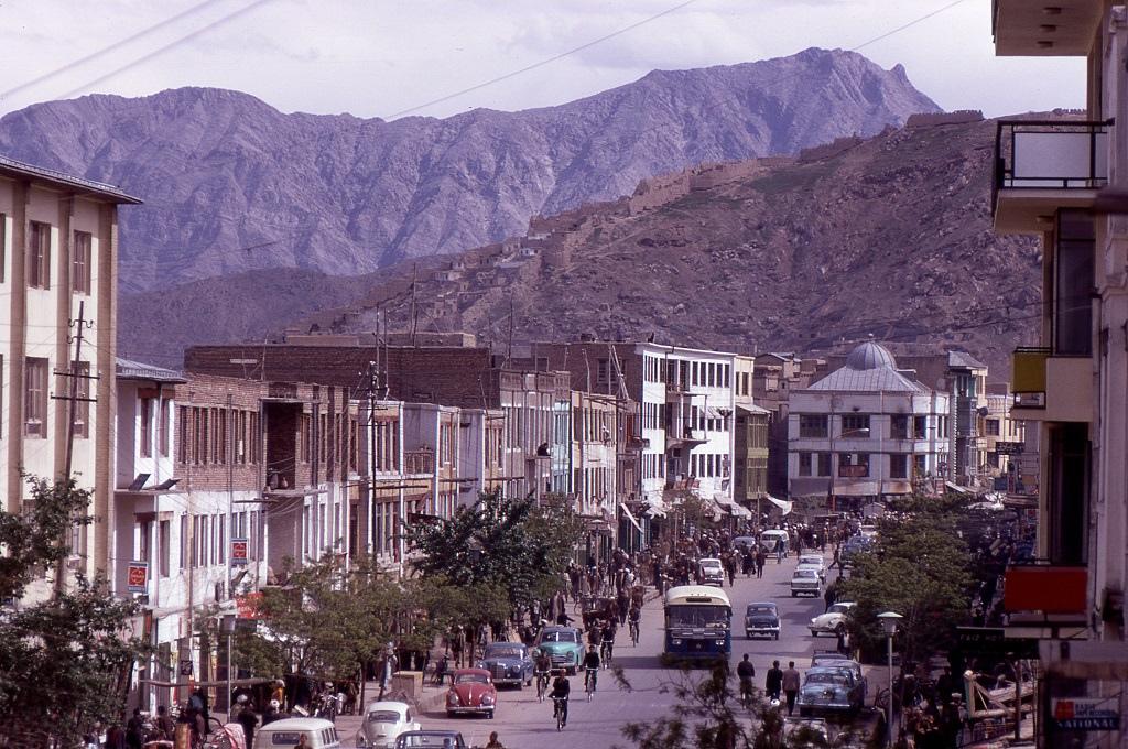 Kabul. Az afgán fővárosban lehetett először európai stílusú ételekhez jutni. Kabulban egyértelmű a szovjet befolyás. Az utcaképhez nagyon hozzátartoznak a Volgák és Moszkvicsok, az üzletekben sok a cirill-betűs áru, elsősorban élelmiszer és háztartási cikk.