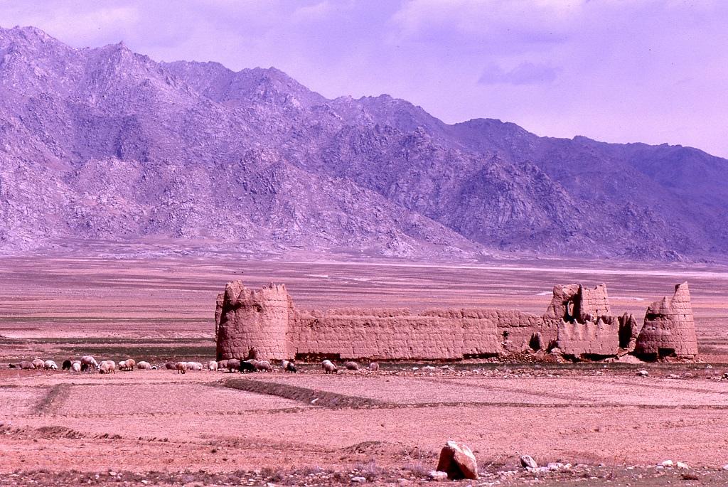 Sártéglából épített elhagyott erőd a Kabulból Herátba vezető főút mentén Kandahar térségében. Az út itt is jó minőségű, az aszfaltozott részek amerikai építésűek, a betonlapokból állók pedig szovjetek. Egyértelműen érezhető a versengés a befolyásért a két nagyhatalom részéről.