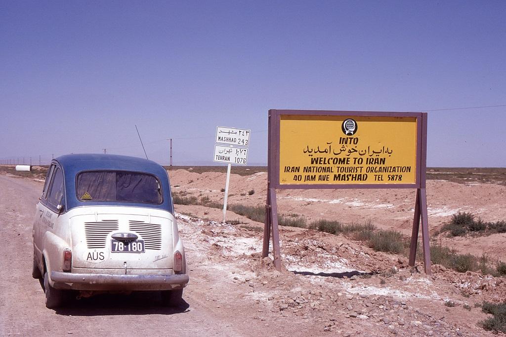 Az iráni határon az út a jó minőségű aszfaltból rögtön sóderessé válik.