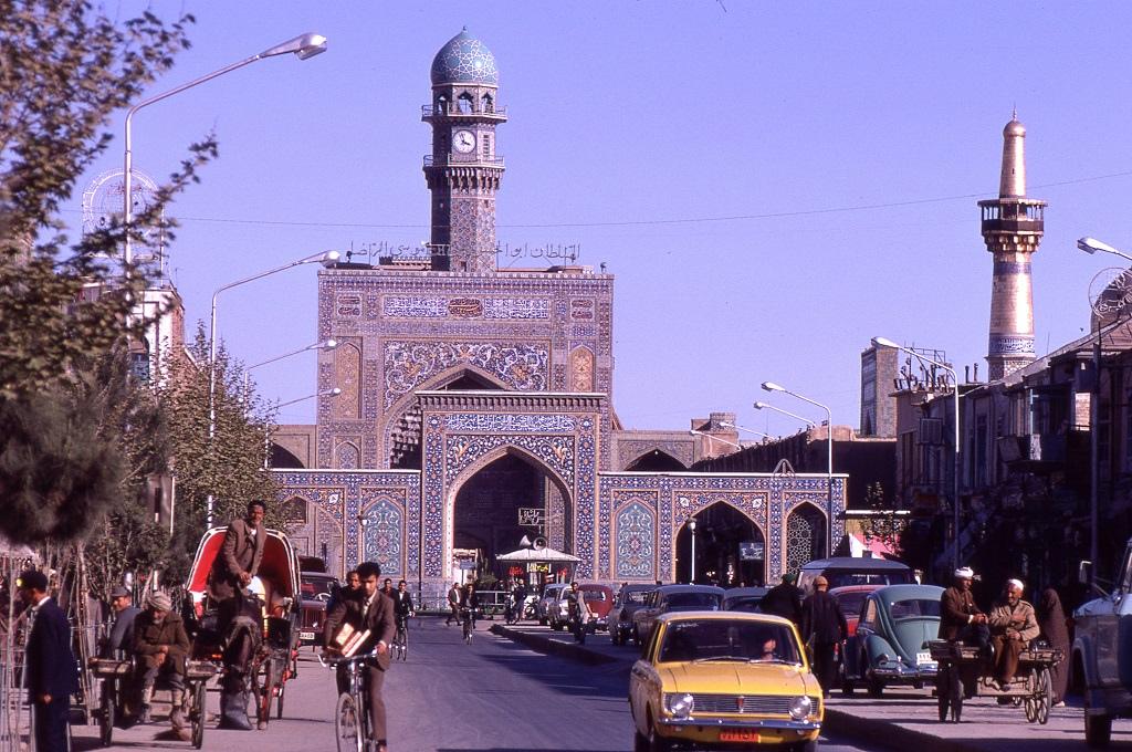 Mashed az egyik legvallásosabb város Iránban, híres zarándokhelye a siíta muzulmánoknak. A képen a sárga autó egy iráni gyártású gépkocsi a Paykan. Brit Hillmann liszensz alapján készült 1967-től.