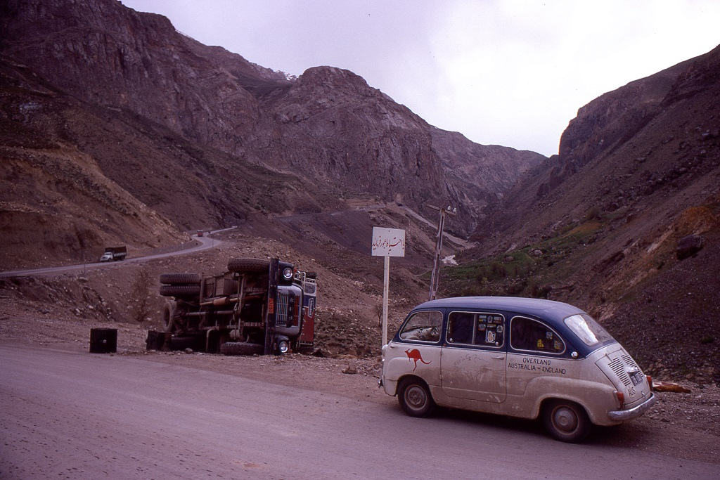 A határ közeli Meshedből két út vezet Teheránba. Az egyik a sivatagban, a másik a Elburz-hegységen át, amelynek hágója az 5671 méter magas Mt. Demavand mellett halad el. Az utazók az utóbbit választották, amely több látnivalót kínált, de több veszélyt is. Néhány útszakasza hírhedten veszélyes. A kis Fiat váltója itt kezdett komolyabban vacakolni, először az egyes fokozattól kellett elbúcsúzni.
