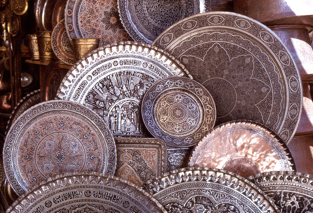 Finom vésetű fémedények Iszfahánból