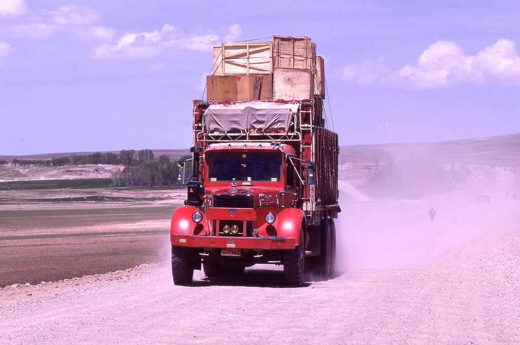 Megpakolt teherautó Shiraz közelében