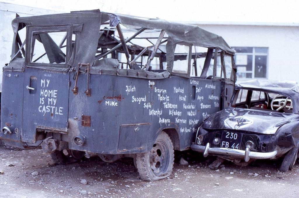 A Hanomag szintén nagy útra indult, ahogyan a kis Fiat. A feliratok szerint a német Jülichből indulva Katmanduba tartott. Hogy az oda- vagy már a visszaúton pusztult-e el azt nem tudták meg.