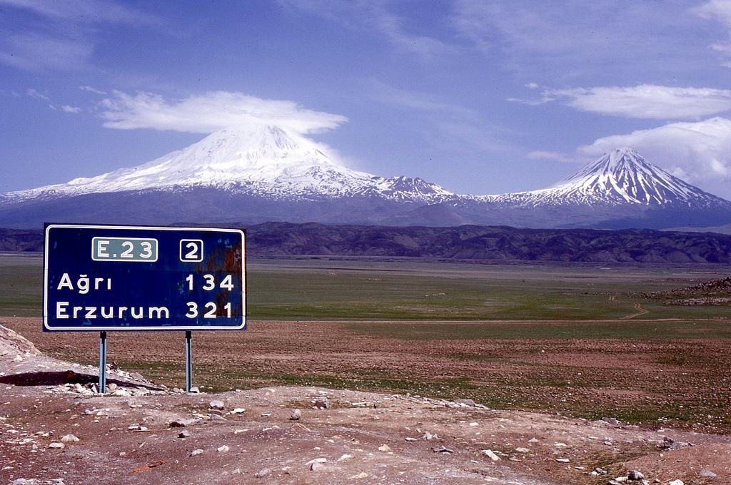 Távolban az Ararát 5.137 méteres csúcsa.