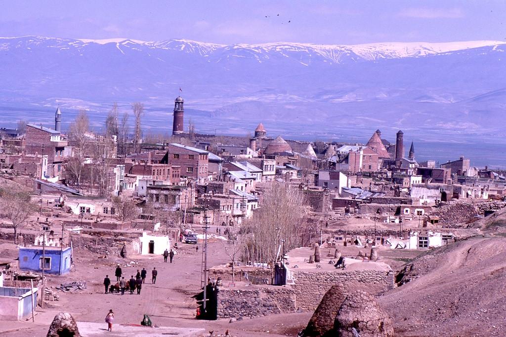 Erzurum ősi város az Anatóliai-fennsíkon. Az 1925-ös népirtás előtt nagy számú örmény lakossággal.