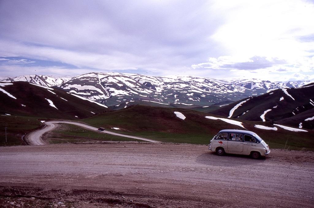 Askale után magasra vezetett az út, a váltó már egész rossz állapotba került, mire elérték a 2500 méter feletti magasságot.